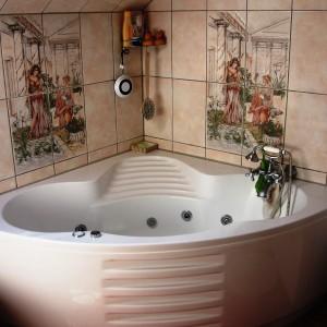 Master Bad fertig gestellt. Neue Fliesen neue Wanne neuer Boden. Auf den Fliesen zwei Frauen abgebildet mit einem Krug in Rom.