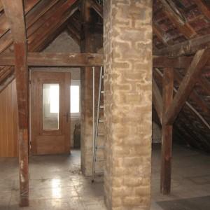 Dachgeschoß Ansicht im Rohbau. Keine Dämmung kein Strom kein Innenausbau.