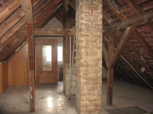 Dachgeschoß im Rohbau. Keine Dämmung Wandverkleidung oder Bodenbekleidung.
