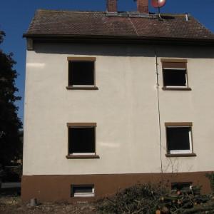 Einfamilienhaus freistehend entkernt. Fassaden Farbe braun. 4 Fenster zu sehen.