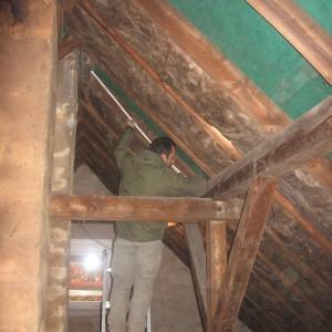 Ungedämmtes Dachgeschoss im Neuaufbau. Handwerker vermisst die Balken.