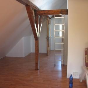 Fertiges Dachstudio. Isoliert, einfach beplanktes Trockenbau mit Raufaser tapeziert und weiß gestrichen.
