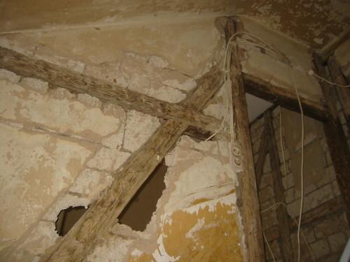 Entkerntes Fachwerk Haus. Bis auf die Trägerbalken zurückgebaut. Sanierung der Innenräume.