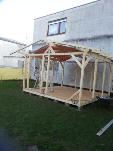 Holzgartenhaus in Ständerbauweise mit Satteldach ohne direkten Bodenkontakt.