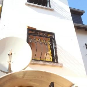 Fenstergitter mit Bauch, montiert im 1. Obergeschoß.