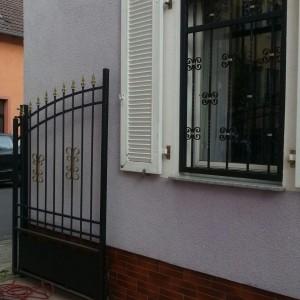 Ansicht Tor und Fenstergitter. Farblich abgestimmt in Schwarz Gold.