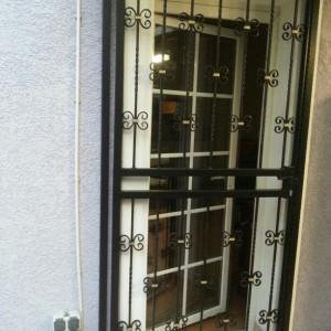 Sicherheitstürgitter außerhalb der Laibung. Mit Griff und Schloß für mehr Sicherheit.
